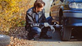 在汽车的人变速轮 库存照片