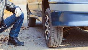 在汽车的人变速轮 图库摄影