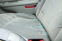 在汽车的位子的残破的玻璃sittin 库存图片