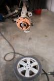 在汽车的全新的闸圆盘在车库 汽车机械师修理 免版税库存图片