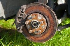 在汽车的前圆盘制动器在损坏的轮胎替换的过程中 免版税库存图片