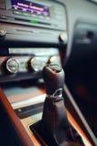 在汽车的变速杆 库存图片
