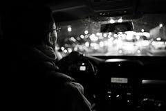 在汽车的司机在晚上 库存图片