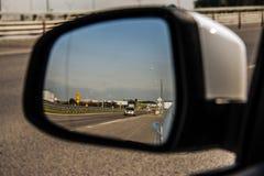 在汽车的后视镜 免版税库存图片