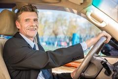 在汽车的商人 免版税库存图片
