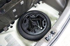 在汽车的备用轮胎 库存照片