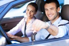 在汽车的夫妇 免版税库存图片