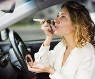 在汽车的妇女佩带的构成 图库摄影