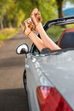 在汽车的妇女腿 免版税库存照片