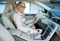 在汽车的妇女驱动器 库存图片