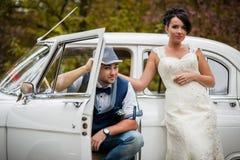 在汽车的婚礼夫妇 免版税库存照片