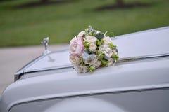 在汽车的婚礼花束 免版税图库摄影