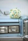 在汽车的婚礼花束 库存照片