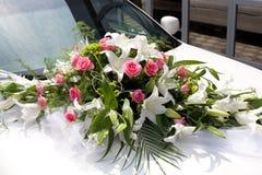 在汽车的婚礼花束 库存图片