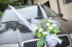在汽车的婚礼花束 免版税库存照片