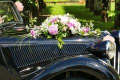 在汽车的婚礼花 库存照片