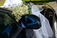 在汽车的婚礼装饰 免版税库存照片