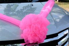 在汽车的婚礼装饰 库存图片