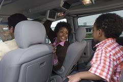 在汽车的家庭 免版税库存图片