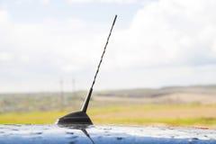在汽车的屋顶的小无线电天线 库存图片