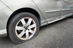 在汽车的平的后轮轮胎 图库摄影