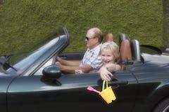 在汽车的年长夫妇 库存照片