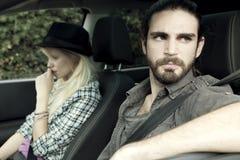 在汽车的恼怒的夫妇在争论以后 库存图片