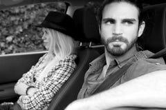 在汽车的恼怒的年轻夫妇在破坏以后 黑色和与 库存照片