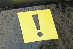 在汽车的惊叹号 在Yello的黑惊叹号 图库摄影