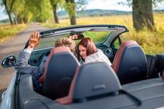在汽车的愉快的夫妇 免版税图库摄影