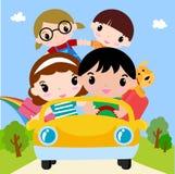 在汽车的愉快的家庭在度假 免版税库存照片
