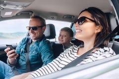 在汽车的愉快的家庭骑马 免版税库存图片