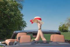 在汽车的愉快的资深夫妇 免版税库存图片