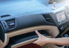 在汽车的手人开放小型工具箱 免版税图库摄影
