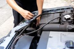在汽车的技工改变的车灯电灯泡 库存照片