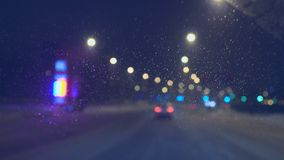 在汽车的挡风玻璃的下落在晚上 影视素材