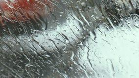 在汽车的挡风玻璃的熔化的雪 股票录像