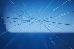 在汽车的挡风玻璃的裂缝 免版税库存照片