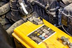 在汽车的敞篷的下汽车电池 免版税库存照片