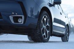 在汽车的散布的防滑轮胎在冬天路 免版税库存照片
