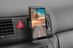 在汽车的智能手机 库存照片