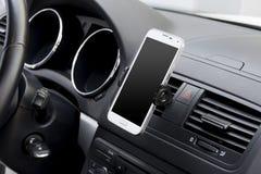 在汽车的智能手机 免版税库存照片