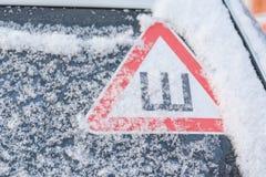在汽车的标志刺 在一辆汽车的一个散布的散布的轮胎在冬天 免版税库存照片