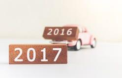 在汽车的概念木数字块2017年和2016年 库存照片
