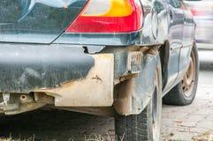 在汽车的残破和损坏的后档在崩溃事故或碰撞在交通 免版税库存照片