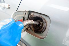 在汽车的油分配器 免版税图库摄影