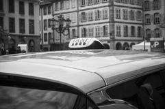 在汽车的法国出租汽车标志 免版税图库摄影