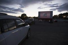 在汽车的电影观察者在星在电影院, Montrose,科罗拉多,美国驾驶 免版税图库摄影