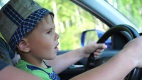 在汽车的男孩乘驾 他坐在爸爸` s胳膊和拿着轮子的` s 航空蓝色云彩国家(地区)开放全景路西西里岛天空 影视素材