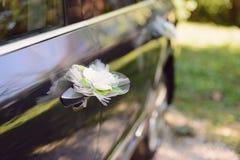 在汽车的白花 免版税图库摄影